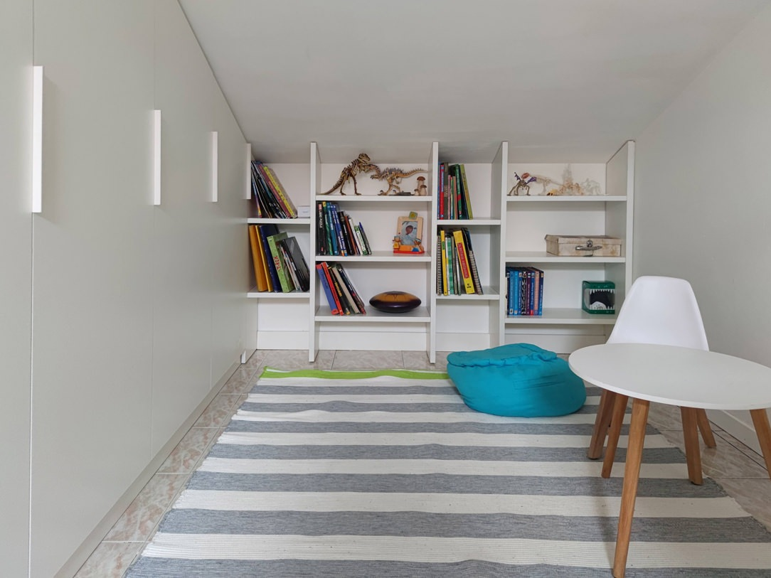 angolo lettura libreria in nicchia ripiani altezza fissa