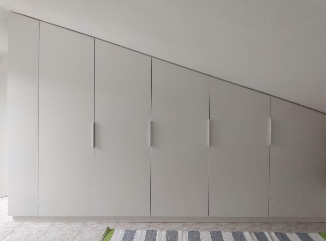 armadio su misura mansarda soffitto inclinato libreria fronte ante inclinate