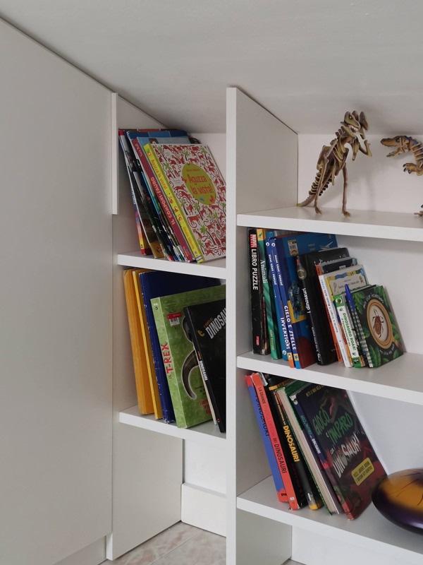 dettaglio libreria anta fissa ripiani bilaminato bianco