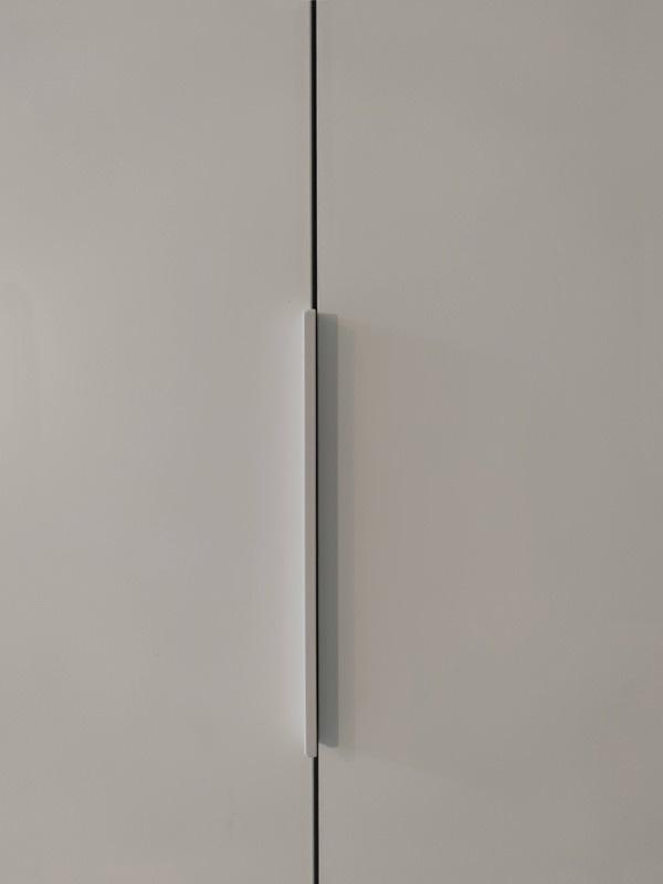 dettaglio maniglie profilo alluminio bianco armadio fronte