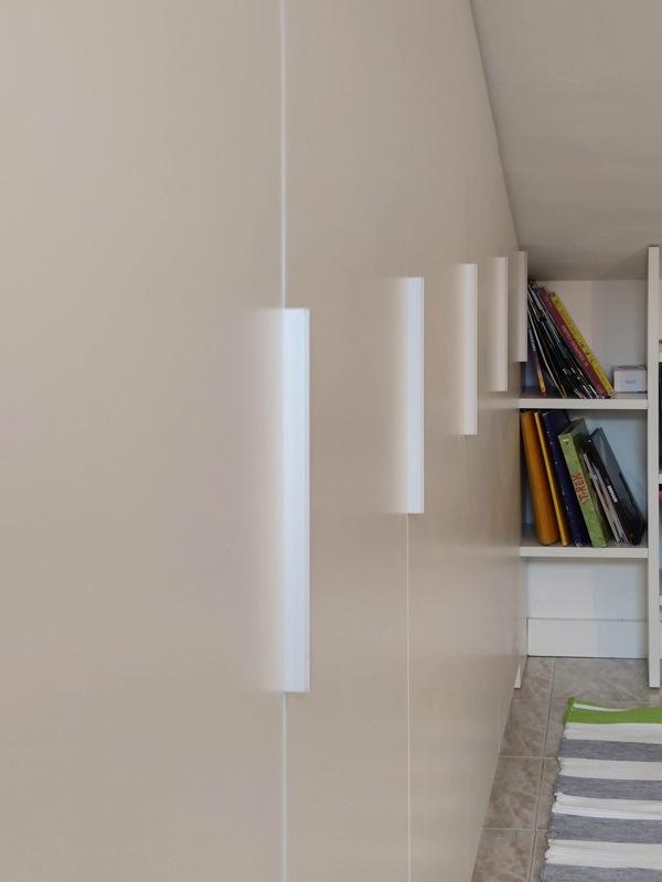dettaglio maniglie profilo alluminio bianco armadio
